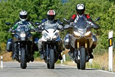Comparativa trail: Aprilia, Kawasaki y Triump. Galería de fotos | Motociclismo.es Triumph Tiger, Samurai, Motorcycle, Sports, Photo Galleries, Cook, Recipes, Hs Sports, Sport
