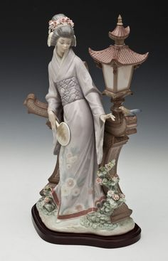 DESCRIPTION: Lladro porcelain Mariko figurine sculpted by Salvador Debón. Originally issued in 1982 and retired. on May 2013 Porcelain Jewelry, Porcelain Ceramics, Royal Doulton, Creations, Antiques, 19th Century, Organic Shapes, China Mugs, Vintage Dolls