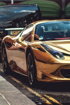 Gold Ferrari.Luxury, amazing, fast, dream, beautiful,awesome, expensive, exclusive car. Coche negro lujoso, increible, rápido, guapo, fantástico, caro, exclusivo.