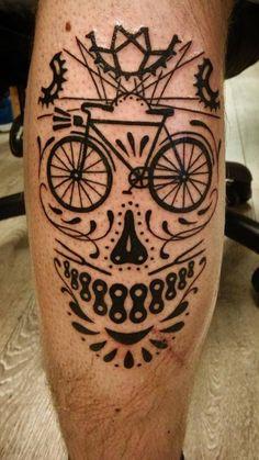 foto de tatuagem de peças de bicicleta que formas uma caveira estilo mexicana