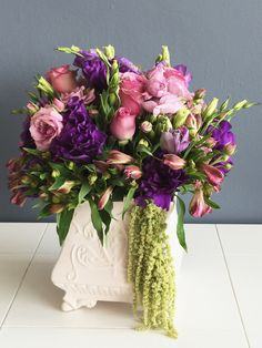 EL EMPERADOR  Liciantus con rosas y mini rosas moradas