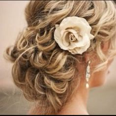 Love the loosely knotted looks and the big flowers in hair!!