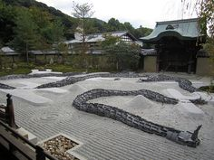 Kodai-ji gadens consists of two ponds with the Kansai-do in their centre and two bridges linking the various paths and buildings. In front of the main hall is a dry landscape garden with two cones of sand near its middle. This rock garden has the particularity of being changed by the monks regularly, according to the events held at the temple. The two small cones remain present in all designs though.