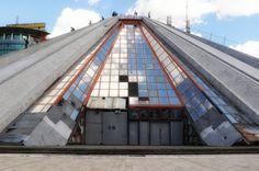 von Berat aus ist es nicht weit bis nach Tirana, der Hauptstadt von Albanien. Dort lässt sich dann die Pyramide von Enver Hoxha bewundern