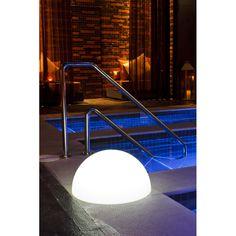 Elegancka lampa DEMI L posiada ciekawy design, odporność termiczną  do -30 DO + 40 stopnic C, jest wodoodporna i energooszczędna. Dodatkowym atutem lampy jest możliwość zdalnego sterowania. Wykonana jest z polietylenu.