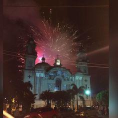 Así amanecimos hoy! Con alegría y fe, con luces en el cielo y unión desde bien tempranito!. La Catedral hermosa y su pueblo feliz de volver a ella! #fundajanoko #Navidad #alegría #compartir #Tucupita #venezuela #regalos #fiesta