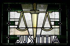 Glasmalerei Justitia. Wilhelm Schmitz-Steinkrüger , 1930 Fenster im Seitenschiff Antikglas/Blei/Schwarzlot