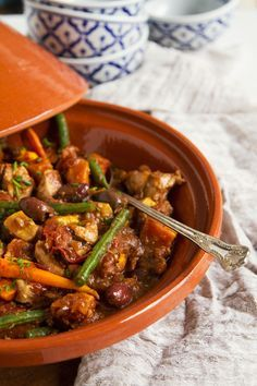 Try this Moroccan Chicken Tagine - Move Nourish Believe Have to find a way to sub the meat. Morrocan Food, Moroccan Dishes, Moroccan Recipes, Moroccan Chicken Tagine Recipe, Tajin Recipes, Coctails Recipes, Tagine Cooking, Cooking Recipes, Healthy Recipes