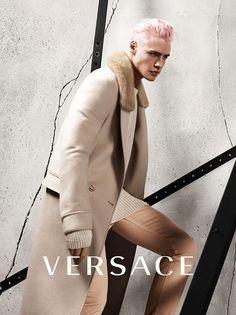 O cabelo inspirado nas sereias (Merman Hair) apareceu na campanha masculina de outono-inverno 2015/16 da Versace