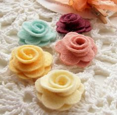 felt flowers Burlap Flowers, Paper Flowers Diy, Handmade Flowers, Felt Flowers, Flower Crafts, Fabric Flowers, Diy Crafts To Do, Felt Crafts, Fabric Crafts