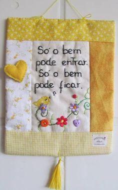 **MODELO EXCLUSIVO ARTE E OFÍCIO ATELIÊ**  Feito com tecido 100%algodão, bordado à mão, estruturado c/manta acrílica, detalhes variam de acordo c/ as cores do tecido e frases. R$ 34,50 Embroidery Hearts, Diy Embroidery, Patch Quilt, Mini Quilts, Felt Crafts, Diy And Crafts, Quilted Wall Hangings, Love Sewing, Softies
