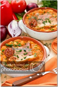 Iahnie de fasole cu ciolan afumat si carnaciori Romanian Food, Romanian Recipes, Tasty, Yummy Food, Cheeseburger Chowder, Vegan Recipes, Curry, Beans, Soup