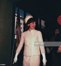 Jackie Kennedy Smiling While Attending Fashion Show, 1962 John Kennedy, Jackie Kennedy Style, Les Kennedy, Jacqueline Kennedy Onassis, Caroline Kennedy, Jackie Oh, Jaqueline Kennedy, Valentino, Dior
