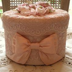 Boite shabby chic toute en soie rose poudee dentelles et bouquet de roses