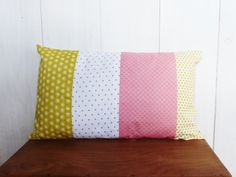 Housse de coussin 50 x 30 cm style nordique patchwork de tissus jaune, gris, blanc et rose corail : Textiles et tapis par zig-et-zag