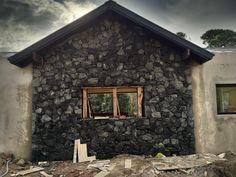 """Revestimiento tipo """"pirca"""", piedra granítica, de color negro, realizado x BUGNA PIEDRAS"""