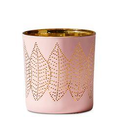 Skapa mysig stämning hemma med Löv ljuslykta. Ljuslågans sken lyser dekorativt genom det prickmönstrade glaset och reflekterar lyktans guldfärgade insida. Löv finns i olika färger och storlekar som är fina att kombinera.