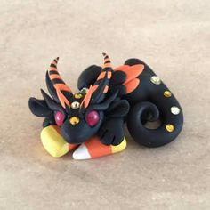 Halloween Dragon Polymer Clay Halloween, Polymer Clay Dragon, Polymer Clay Figures, Cute Polymer Clay, Cute Clay, Fimo Clay, Polymer Clay Crafts, Cute Fantasy Creatures, Cute Dragons