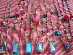 colar patuá,com santinha bordada á mão ,todo feito em croche flores, botões, bolas R$ 35,00