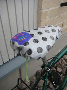 Bicycle seat protection from rain, how to recycle plastic. Recycled Crafts, Diy And Crafts, Crafts For Kids, Arts And Crafts, Fused Plastic, Plastic Art, Yarn Projects, Sewing Projects, Plastic Bag Crafts