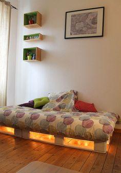Guirlande lumineuse pour customiser un lit en palette et apporter une ambiance cocooning    http://www.homelisty.com/customiser-meubles-palette/