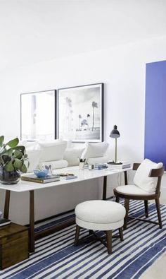 Neste apartamento em Miami, o projeto de Dado Castello Branco garantiu sofisticação com o uso do branco e do azul. A longo escrivaninha fica atrás do sofá Divulgação