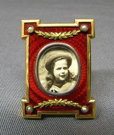 Picture frame by Carl Fabergé, 1899–1908, with red guilloche enamel and gold mounts