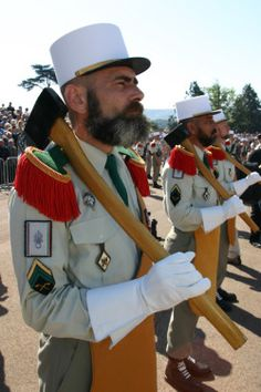 "Pionnier-legion - Sapper - ""The sappers (""sapeurs"") of the French Foreign Legion traditionally sport large beards, and wear leather aprons and gloves, plus carry axes in their ceremonial dress. First Indochina War, North African Campaign, French Foreign Legion, Leather Apron, Military Pictures, French Army, Military Service, United States Army, Special Forces"