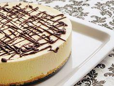 Ha nincs kedved sütni, ez a neked való desszert! Ínycsiklandó és egyszerű, mégis nagyon jól mutat, a vendégeket le lehet vele nyűgözni! Hozzávalók a laphoz 10 dkg töltetlen vaníliás keksz 5 dkg vaj 2 kanál főtt fekete kávé A krémhez:... Hungarian Cake, Hungarian Recipes, Creme Caramel, Cakes And More, No Bake Desserts, Cheesecake Recipes, Cake Cookies, Cravings, Delish