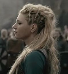 Peinados de lagertha trendy braided hairstyles to experiment with braidedhairstyles looking for some cool and fun and trendy braided hairstyles have a look at our collection of stylish braids and rock this season Cheveux Lagertha, Lagertha Hair, Vikings Lagertha, Curly Hair Styles, Viking Braids, Box Braids Hairstyles, Viking Hairstyles, Fantasy Hairstyles, Edgy Hairstyles