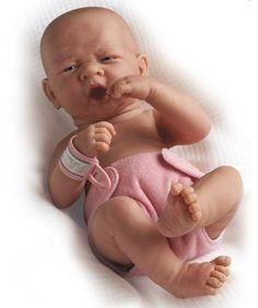 Berenguer rózsaszín pelenkás baba Ez az elképesztően élethű Berenguer újszülött egy rózsaszín pelenkát és kórházi karszalagot visel. Mozgatható karjainak, lábainak és fejének köszönhetően a picik könnyedén helyezhetik olyan pozícióba, amilyenbe csak szeretnék. Prémium minőségű termék Spanyolországból.
