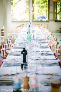 Aankleding van diner-tafel bij trouwlocatie Het Rijk van de keizer in Amsterdam. Stoelen versierd met roze en mint-groene satijnen linten.