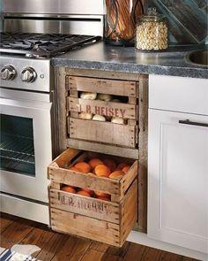 Creatief! Fruitkistjes in de keuken verwerkt.