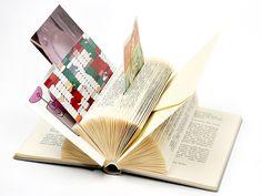Nicht selten landen alte Bücher beim Aussortieren im Müll. Dafür sind sie viel zu schade! Wir zeigen Dir, welche schönen und nachhaltigen Alternativen es gibt: Kunstwerke, Dekoration und praktische Helfer lassen sich ganz einfach aus Buchseiten herstellen.