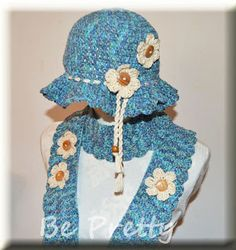 Conjuntinho primaveril de echarpe e chapéu em crochet, com linha de algodão matizada em tons de azul e aplicação de florinhas com botões de madeira. Spring set of crochet scarf and hat, in cotton thread with shades of blue and application of little flowers with wooden buttons.  #crochet #hat #scarf #chapéu #echarpe
