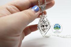 Collana OOAK (One of a Kind, ovvero UNICO e NON RIPRODUCIBILE) ispirata a Nonna Salice, dal Disney Pocahontas.  Guarda la realizzazione di Nonna Salice qui: https://youtu.be/W80Uck3LrJk ISCRIVETEVI al mio Canale! Ogni Mercoledì tante novità!  Mi trovate anche su: ● Instagram (www.instagram.com/BlueinWonderwood) ● Facebook (www.facebook.com/BlueInWonderWood)  E su tutti i Principali Social Networks! Cercatemi!  —————————————————————  INFORMAZIONI UTILI:  ◆ Creato in Resina  ◆ Colorato con…