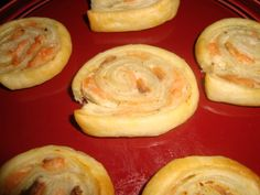 1 pâte feuilletée 100 g de saumon fumé 200 g de fromage ail et fines herbes Étaler la pâte feuilletée. La tartiner de...