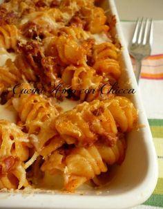 Pasta al forno con sugo al ragù, provola e salamino.  http://blog.giallozafferano.it/cucinadichicca/pasta-al-forno/