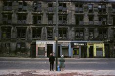 «Ce qui était incroyable et paradoxal à la fois, c'était l'état de ruine de la ville, mais en même temps, la vie continuait. Comme après une explosion atomique, les gens sortaient des caves. Ici, on revient un peu à l'essentiel de la photo, très peu de couleurs, seulement quelques taches. Dès que je voyais des gens 'normaux', je me précipitais sur eux. A la différence de la photographie humaniste, comme Doisneau, je n'avais jamais photographié le monde ouvrier. Je n'avais jamais eu cette…