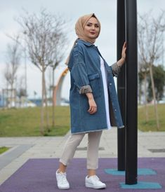 Image may contain: 1 person standing child and outdoor Tesettür Jean Modelleri 2020 Modern Hijab Fashion, Street Hijab Fashion, Muslim Fashion, Modest Fashion, Fashion Outfits, Anime Outfits, Casual Hijab Outfit, Denim Outfit, Casual Outfits