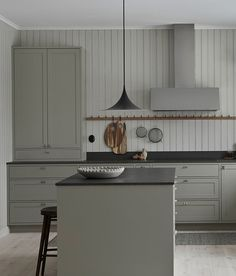 Nordiska Kök - In-frame shaker kitchen in Scandinavian design. A light gray / green tone with a dark Kitchen Interior, New Kitchen, Interior Design Living Room, Kitchen Decor, Kitchen Grey, Shaker Kitchen, Kitchen Island, Kitchen Ideas, Kitchen Modern