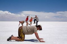 Uyuni Salt Flats in Bolivia are a unique sight in South America on the Alaska to Brazil Overland Tour Illusion Photography, Cute Photography, Creative Photography, Illusion Photos, Cool Illusions, Beach Humor, Photos Originales, Perspective Photography, Montage Photo