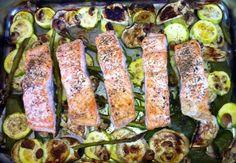 Salmón al horno sobre espárragos verdes y calabacín
