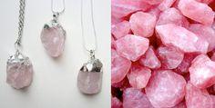 """Quartzo Rosa É conhecida como a """"Pedra do Amor"""", já que sua energia pode ser capaz de aliviar sentimentos ruins dentro do coração, também dá à quem a usa o poder do perdão."""