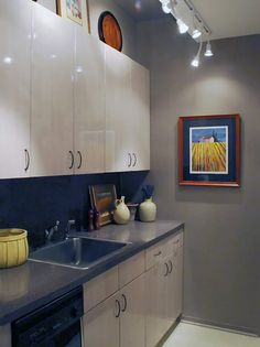 Cozinha modulada com iluminação em trilho.