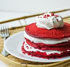 Cake for breakfast? These quick, cake mix pancakes are a festive and easy way to make pancakes. Red velvet pancakes are a hit! Yummy Treats, Delicious Desserts, Sweet Treats, Dessert Recipes, Yummy Food, Healthy Treats, Breakfast Cake, Breakfast Smoothies, Breakfast Ideas