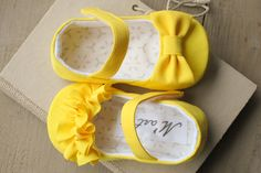 Yellow baby girl RUFFLE or BOW shoes baby por MartBabyAccessories, $25.95