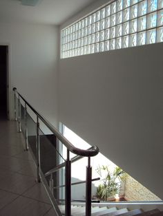Tijolo de Vidro: Modelos, Preços e 60 Fotos Inspiradoras! Glass Design, Wall Design, House Design, Outside Stairs, Glass Block Windows, Modern Bungalow House, Glass Brick, Ikea Bathroom, Decoration