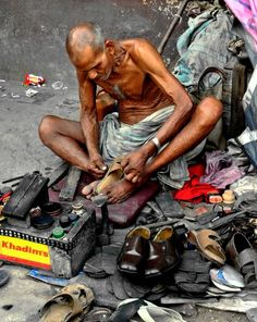 Cobbler, Kolkata, West Bengal, India - photo by Kalyakorn People Of The World, In This World, Goa, Indian Colours, History Of India, Working People, West Bengal, Largest Countries, Varanasi