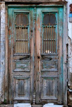 Door de hele stad vind je vintage houten deuren, zoals dit fraaie exemplaar.